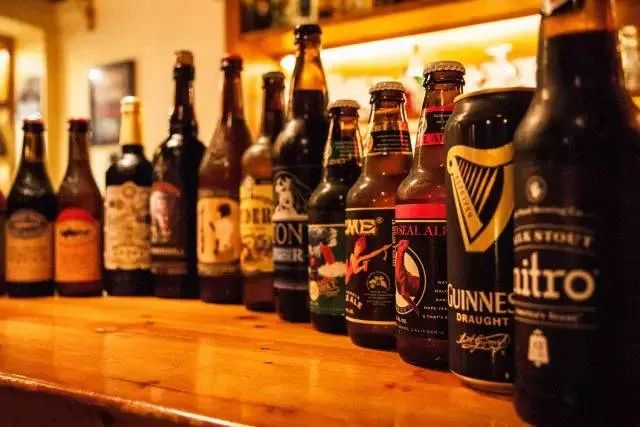 """啤酒新闻 一瓶啤酒卖500元,进入""""中年危机""""的啤酒厂魔怔了?"""