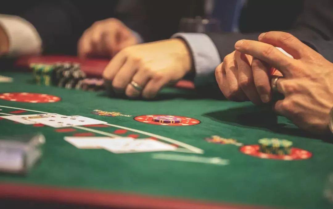 """酒桌 男人看两个桌,""""牌桌""""和""""酒桌"""""""