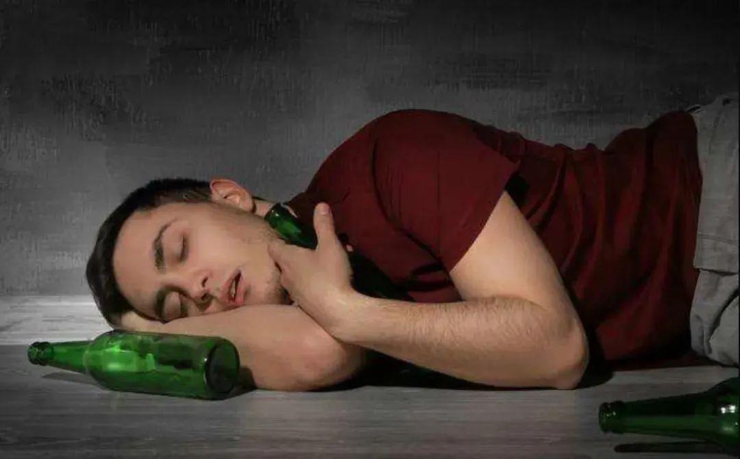 酒知识 喝酒的男人不顾家?看他喝酒后的表现,一目了然!